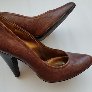 BCBG ROUND toe brown pumps